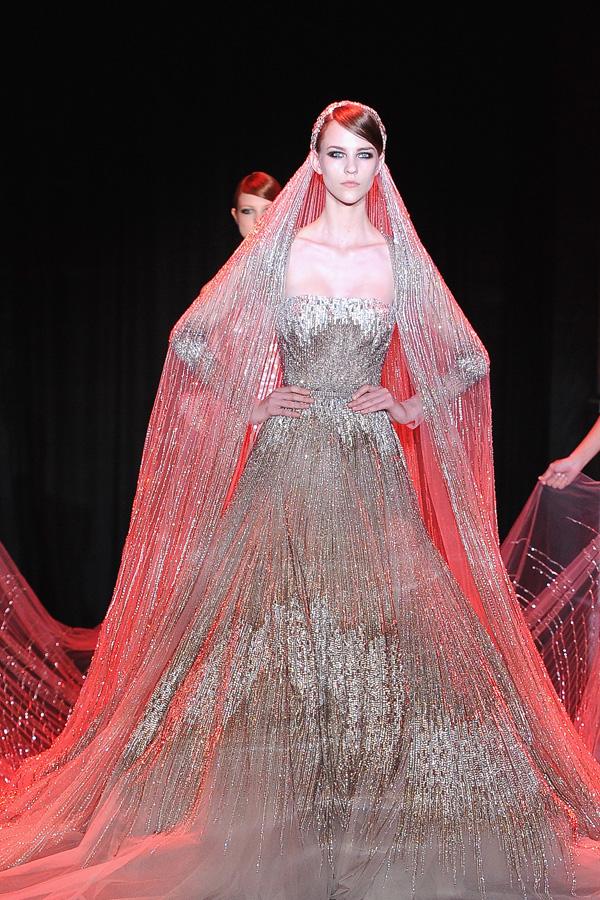 ... Hochzeitskleid. Ziemlich extravagant! Und zudem braucht man dafür die