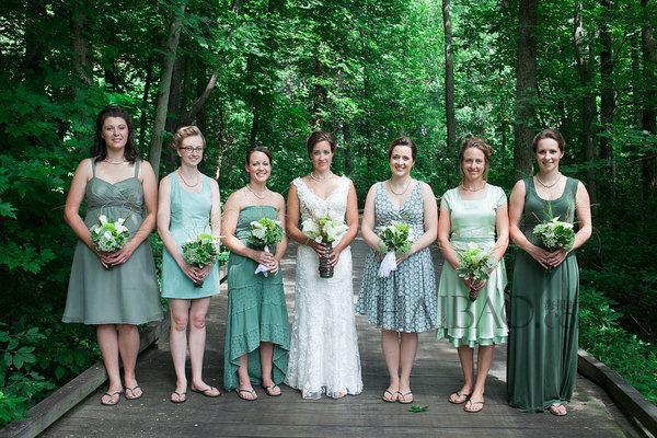 Braut und Brautjungfer in verschiedene aber aehnliche Farbes